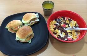 EG 早餐:小漢堡、玉米穀片、果汁