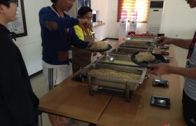 EG 日本學生享用午餐