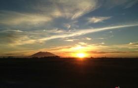 地平線上的夕陽旁邊,就是最知名的活火山 Pinatubo! 你看見了嗎?