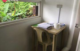 《Wales 語言學校》單人房 (Single Room) ,每位學生都有獨立的書桌椅喔~