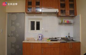《Wales 語言學校》單人房 (Single Room) ,每間都有獨立衛浴&陽台&冰箱喔 ~部分單人房還有廚房可以使用喔~