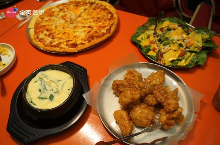《《Wales 語言學校》Wales 的學費與餐費可分開算,如果不想在學校用餐,學校附近也有很多好吃的餐廳可以做選擇喔~ 全英學生 Wendy 跟全英顧問還有菲律賓老師一起到Camping Date 吃飯,從學校步行約3分鐘就到囉!韓式炸雞、pizza、蒸蛋、沙拉,一次滿足!