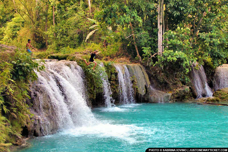 菲律賓有許多清澈見底的瀑布  Swim in a waterfall