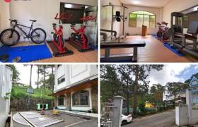 TALK Yangco 語言學校大門口幫有一個小型籃球場,室內有簡單的健身器材