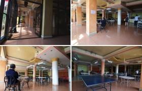 《TALK 語言學校》 (E&E 多益校區) 學生餐廳旁有桌球桌。校內嚴禁一煙,但2F, 3F, 4F, 5F 戶外陽台有專屬吸菸區