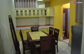 TALK E&E 多益校區 三人房客廳、桌椅、冰箱