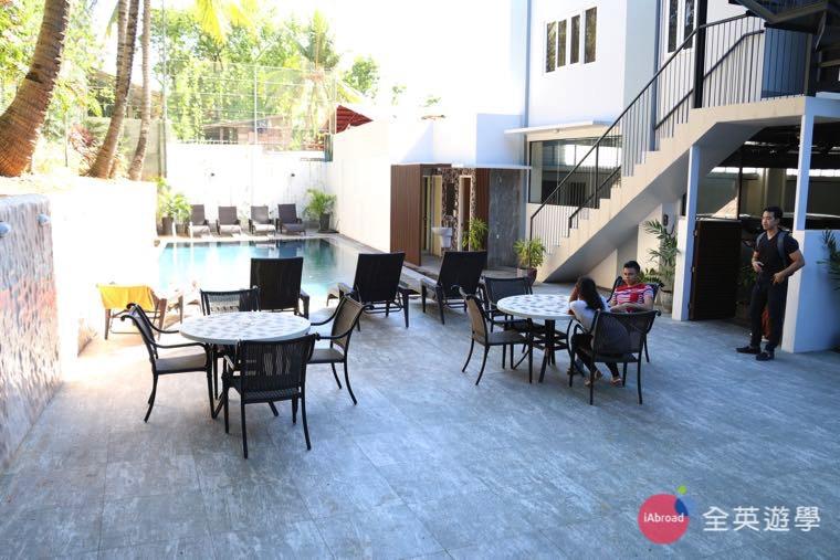 PHILINTER 校外宿舍 -游泳池休息區