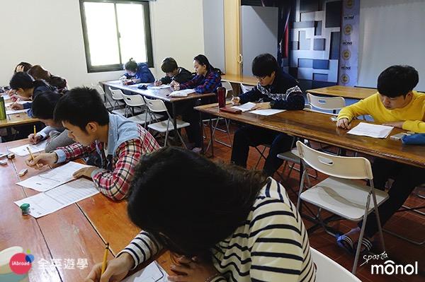 《MONOL 語言學校》第一天入學英文程度測驗,除了筆試,還有一對一的口試喔~