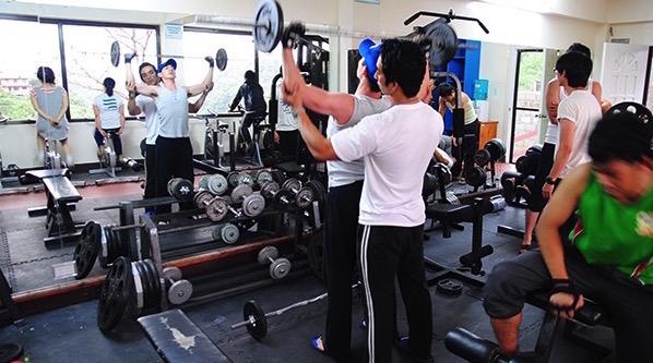 《MONOL 碧瑤語言學校》健身房教練超專業,有重量訓練、雕塑課程、拳擊、自我防衛、武術,菲律賓遊學結束後,男生都變肌肉男,女生都越來越愛照鏡子啦~