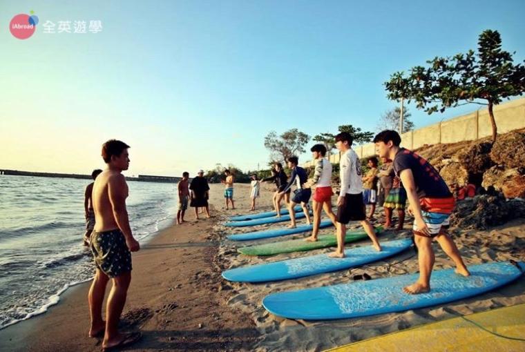 BECI 學校週末活動,學生一起去海邊玩衝浪