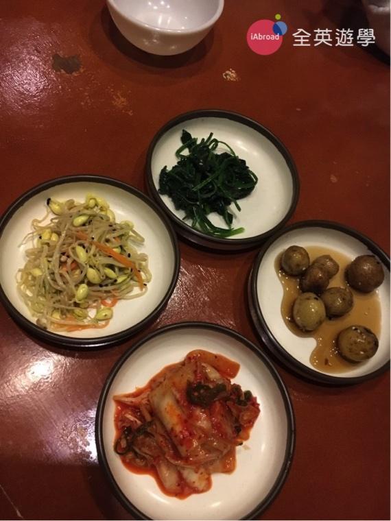 ▲ 食量大的同學,除了選擇吃到飽餐廳之外,去吃韓國料理也超划算啦!因為韓國餐廳都有免費無限量供應的小菜!我的最愛是 Red Station 的《醬醃馬鈴薯》!超下飯!