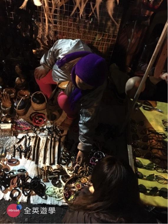 ▲ 碧瑤的手工雕刻類的木製產品都很棒,夜市有很多木製小飾品、手鍊、小玩具、鑰匙圈...都還滿便宜的~