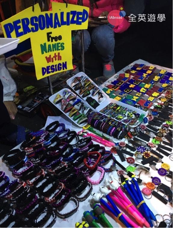 ▲ 回台灣一定要帶伴手禮,來碧瑤夜市買一些鑰匙圈、行李吊牌、手鍊,送人自用兩相宜啦~