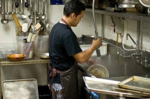 ▲ Kitchen Hand 廚房助手:在廚房內場協助切菜、洗菜、炸物、裝盤、洗碗的廚房小助手