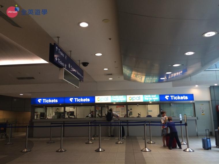 ▲ 雪梨機場站除了加值機外,也有人工加值的服務窗口,不過注意僅限信用卡加值。