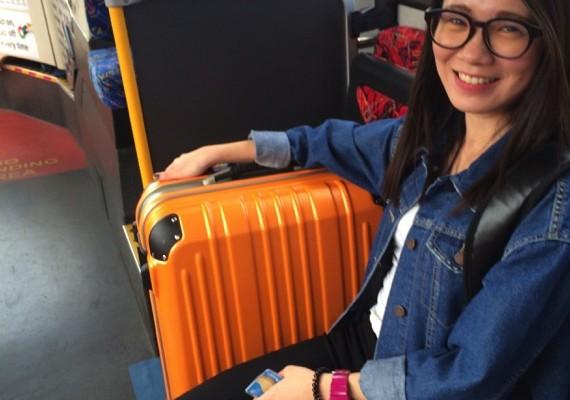 ▲ 上公車了,我們離你在澳洲的第一站又更近了。像 Celine 這樣約 28~30吋的行李箱剛好,裝滿大約 20公斤,是最適合的行李量。