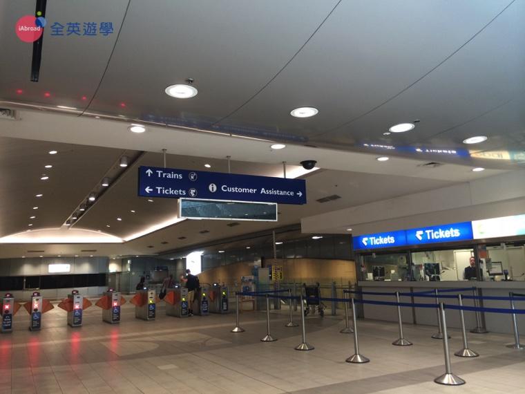 ▲ 雪梨國際機場站 Sydney International Airport Station。右為人工售票口與加值處。前方為閘票口,感應 Opal Card 即可通過。