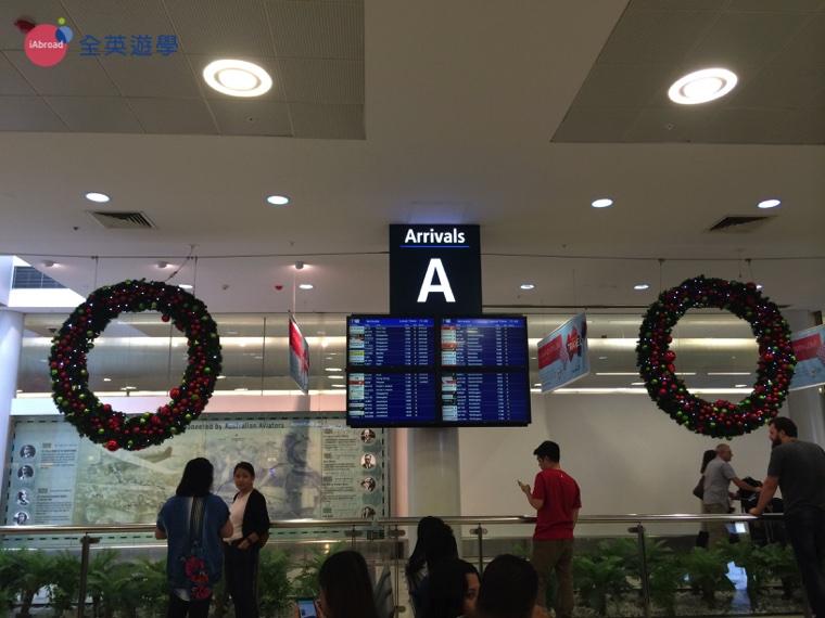 ▲ 到了出關口這邊,會有電子佈告欄讓你知道班機抵達的狀況。 在 Arrival A 這邊已有許多人在等待他們的親朋好友們出關
