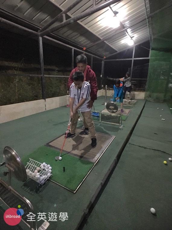 ▲ MONOL 碧瑤語言學校的免費高爾夫球課,讓國手級教練來教你打高爾夫~