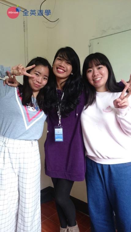 ▲ 兩姐妹和老師感情都很好,最喜歡用英文一起跟老師聊天囉~