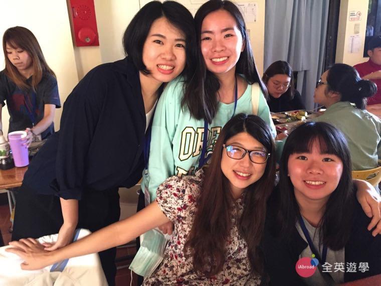 ▲ 姐妹花一起來碧瑤唸英文,在我旁邊戴眼鏡的就是親切的全英遊學顧問 Ann 姊姊喔~