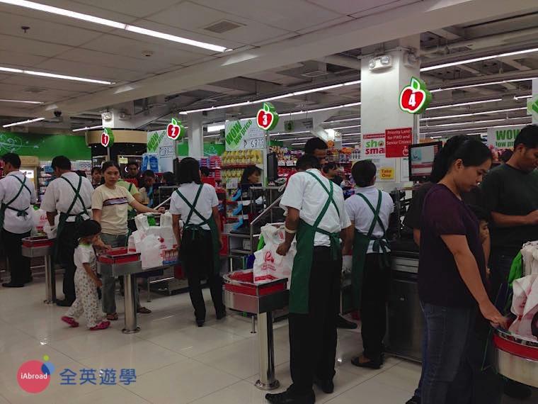▲ 菲律賓超市的工作人員~