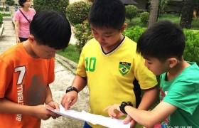 English Fella 宿霧語言學校第一天-小朋友拿到課表開始討論