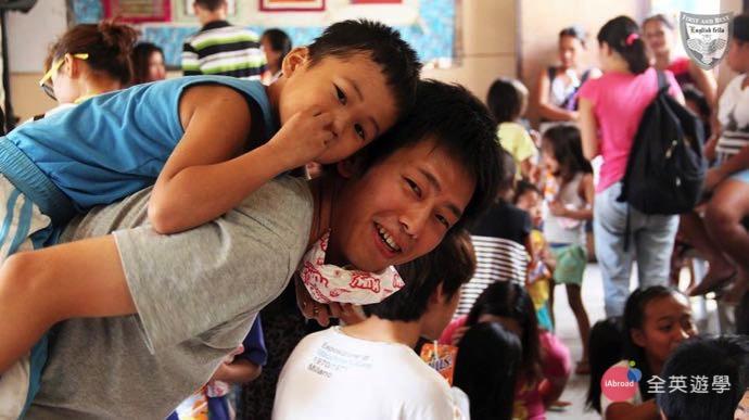 ▲ 孤兒院的小朋友們,看到有人來探訪,他們都會很開心喔!