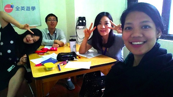 ▲ 菲律賓語言學校的小班團體課,學生大概 3~5 人