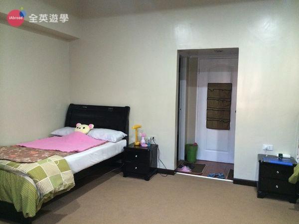 ▲ 單人床頗大的,睡兩人沒問題~房間是鋪地毯,看起來高級吧!