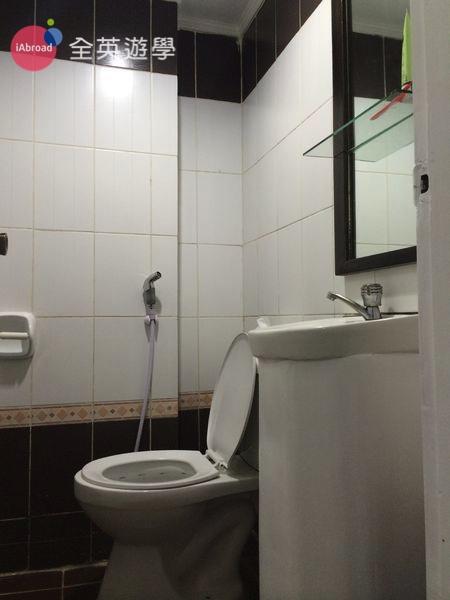 ▲ 洗手間空間不大,但跟衛浴分離,優點是室友洗澡你依然可以上廁所