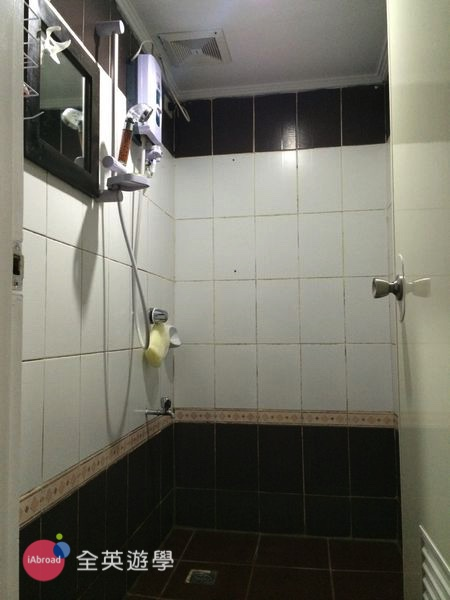 ▲ 淋浴間基本上是電熱水器,和廁所分離