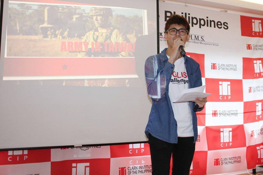 ▲ 我當時英文簡報的主題是分享台灣的軍中生活~ 每位參加 EOP Challenger 的學生都會有一件白色 T-Shirt,穿上這件衣服,大家就會自動跟你說英文啦!